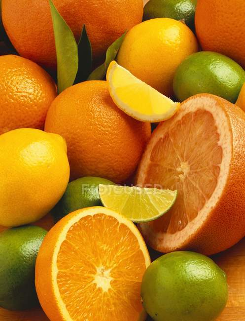 Fresh whole and sliced citrus fruits — Stock Photo