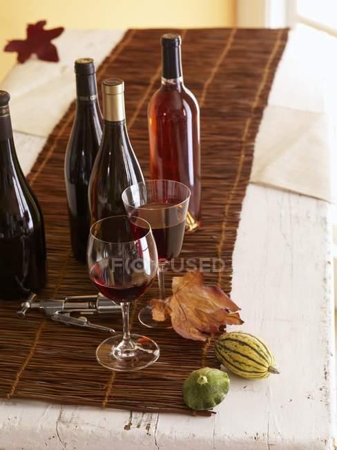 Бутылки и стаканы вина — стоковое фото