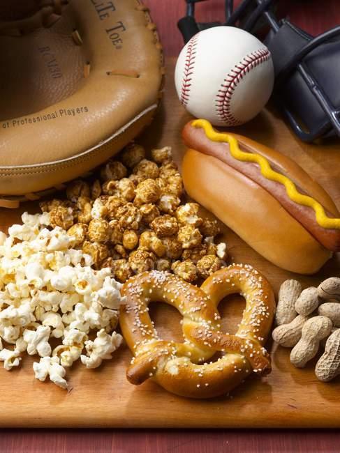 Vista de cerca de la comida juego de béisbol - foto de stock