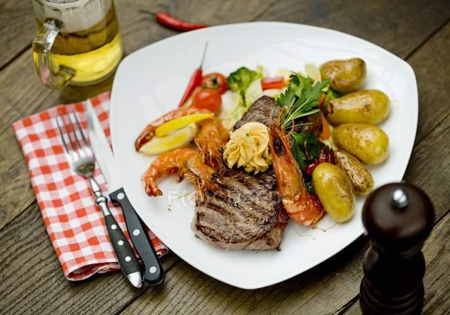 Rump steak with king prawns — Stock Photo
