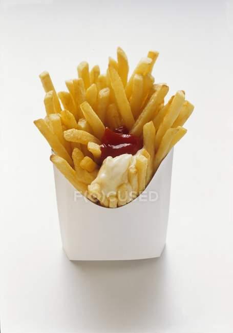 Français frites avec ketchup et mayonnaise — Photo de stock
