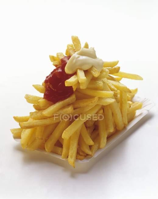 Papas fritas en el plato de papel - foto de stock
