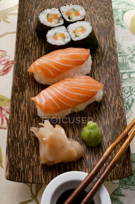 Nigiri und Maki Sushi mit Ingwer — Stockfoto