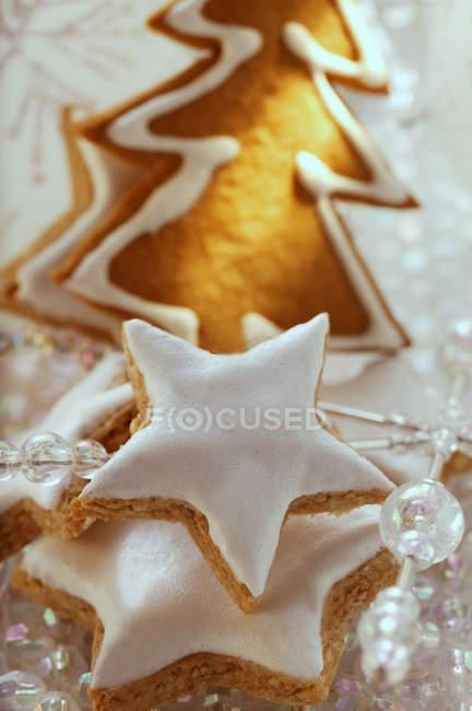 Cinnamon stars and gingerbread — Stock Photo