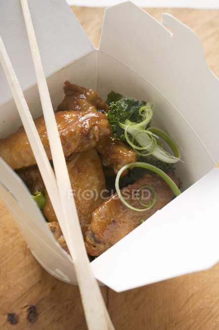 Closeup exibição de asas de frango na caixa para viagem — Fotografia de Stock