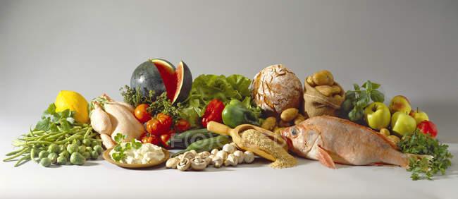 Natureza morta com alimentos saudáveis e emagrecidos na superfície branca — Fotografia de Stock