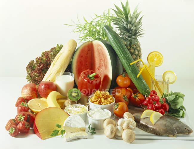 Здорове харчування натюрморт на білій поверхні — стокове фото
