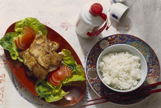 Крупным планом вид во фритюре куриные с отварным рисом и салатом — стоковое фото