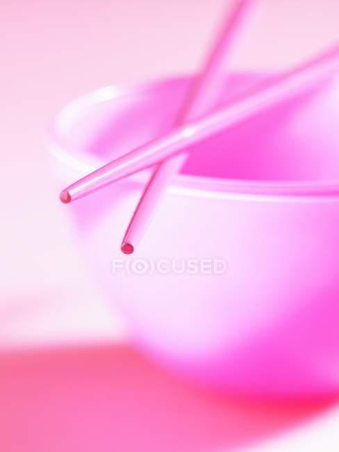 Крупным планом вид чаши с розовым палочками — стоковое фото