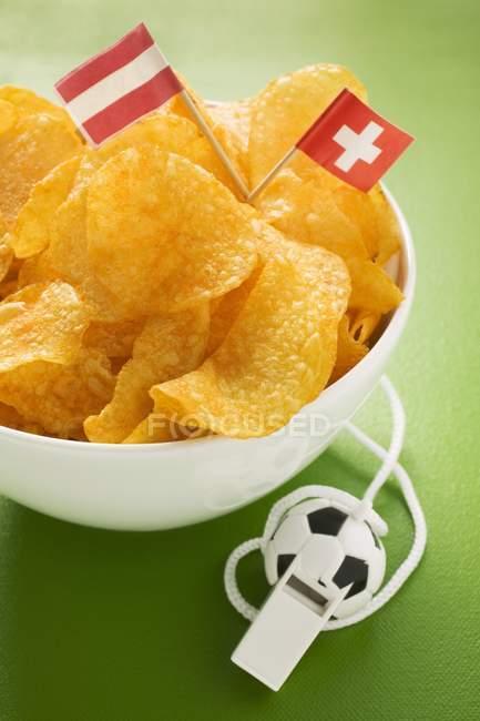 Vista de cerca de las patatas fritas con banderas de Austria y Suiza por silbato - foto de stock
