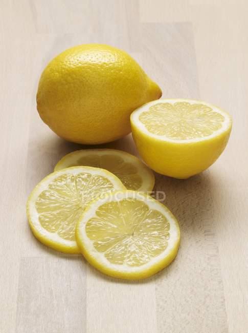 Ganze Zitrone die Hälfte und Scheiben — Stockfoto
