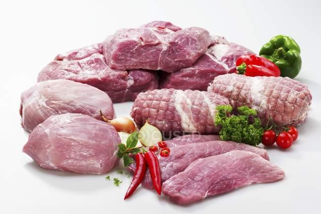 Различные куски сырой свинины — стоковое фото