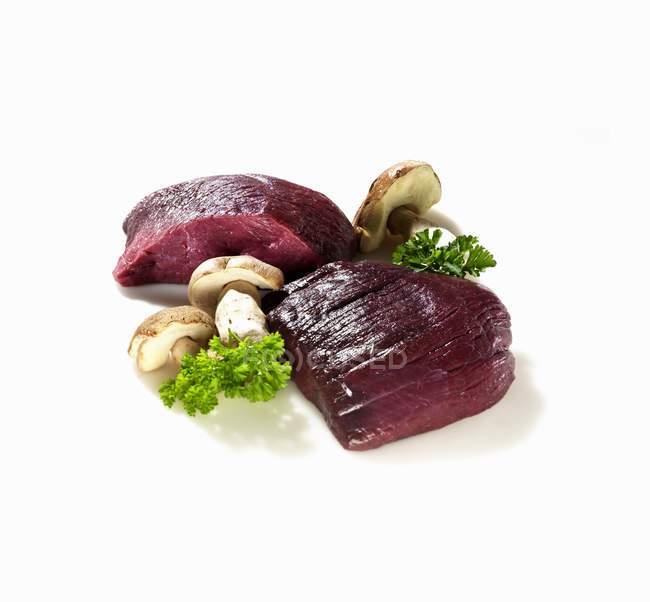 Сырой венион с грибами — стоковое фото