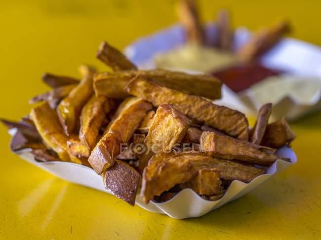 Papas fritas con mostaza - foto de stock