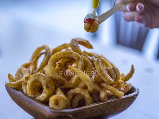 Жареные луковые кольца с кетчупом — стоковое фото