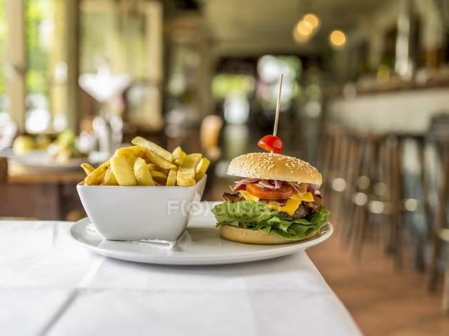 Cheeseburger avec croustilles — Photo de stock