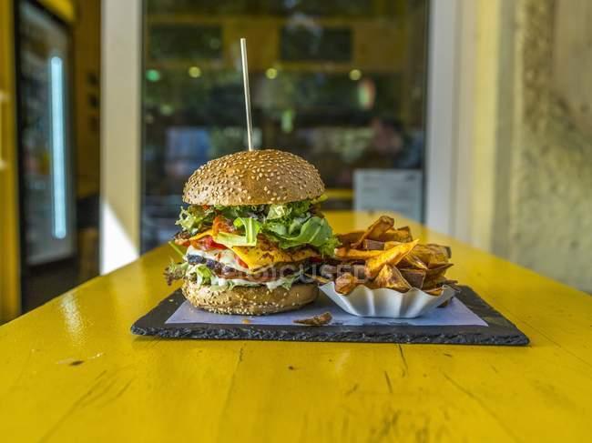 Hamburguesa de queso y patatas fritas - foto de stock