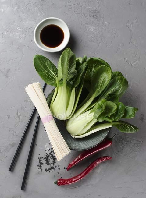 Ingrédients pour soupe de nouilles orientales — Photo de stock
