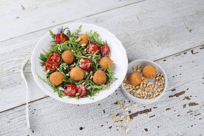 Ensalada de rúcula con tomates - foto de stock