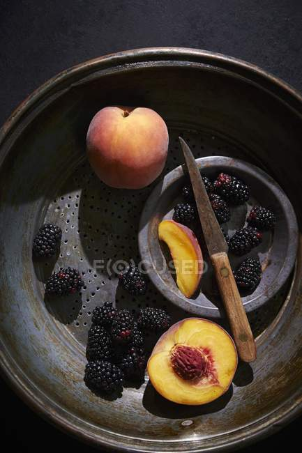 Fresh peaches and blackberries — Stock Photo