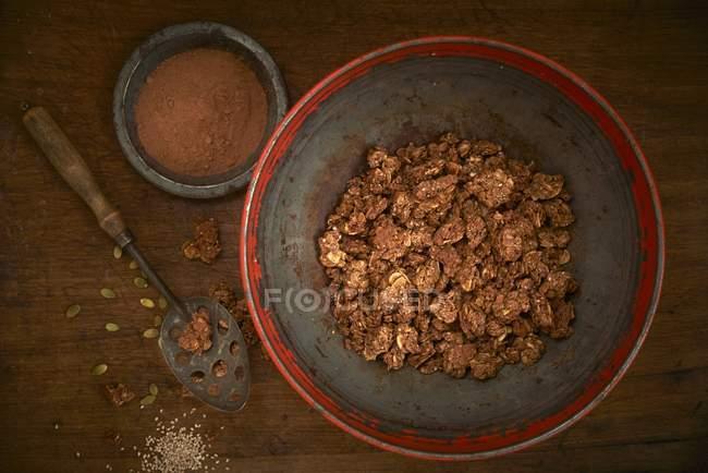 Granola con frutos secos, frutas y granos - foto de stock