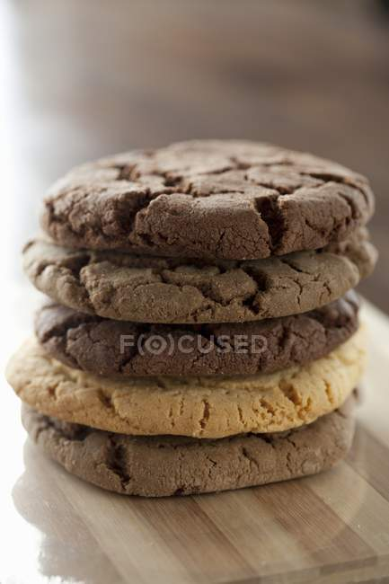 Varias galletas de chocolate - foto de stock