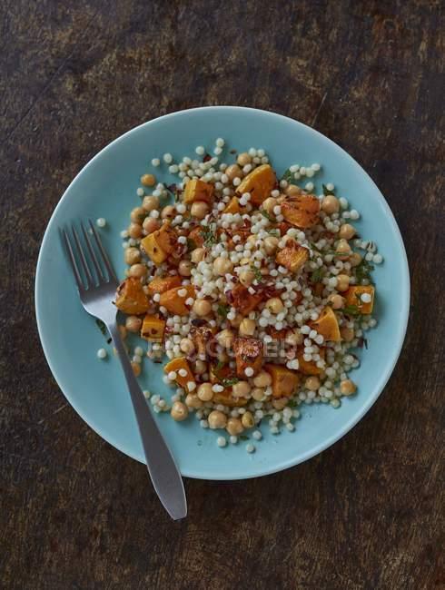 Couscous-Salat mit Kürbis und Chiliflocken — Stockfoto