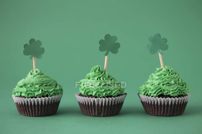 Cupcakes with green buttercream — Stock Photo