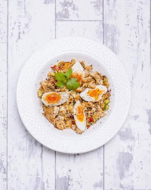 Вид сверху пряный достойный с яйцами в белый шар — стоковое фото