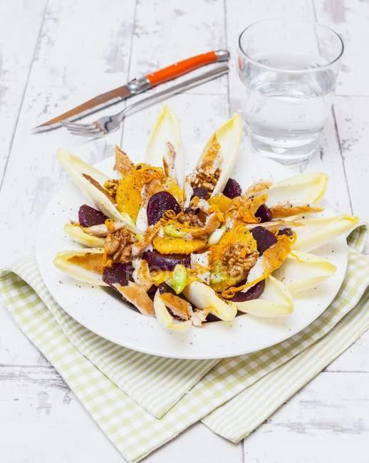 Insalata con cicoria sul piatto — Foto stock