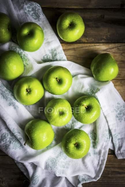 Ярко-зелёные яблоки — стоковое фото