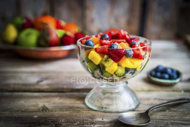 Ensalada de frutas en frasco - foto de stock