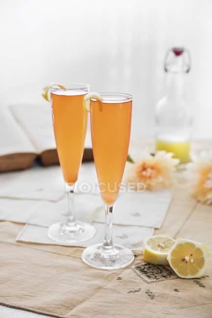 Cava Cocktails mit Zitrone — Stockfoto