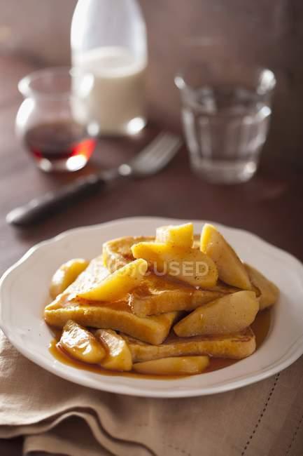 Vista de cerca de tostadas francesas con manzana y salsa de caramelo - foto de stock