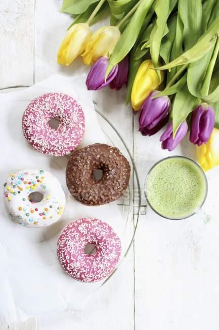 Пончики з цукрі покриттям — стокове фото