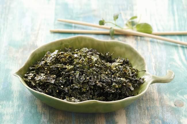 Fried Algen mit Sesamsamen in grüner Schale — Stockfoto