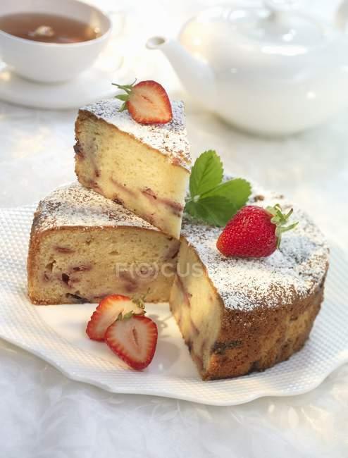 Plum-cake con fragole — Foto stock