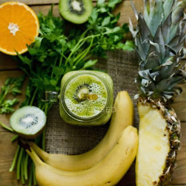 Smoothie mit grünen Früchten — Stockfoto