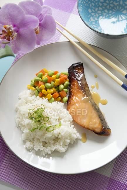 Місо, запечений лосось з пару рису — стокове фото
