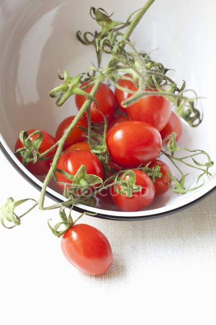 Tomates cerises en bol — Photo de stock
