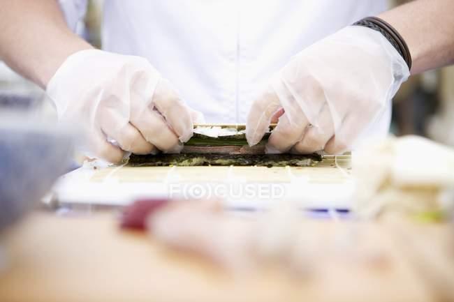 Cuoco di rotolamento riso in nori — Foto stock