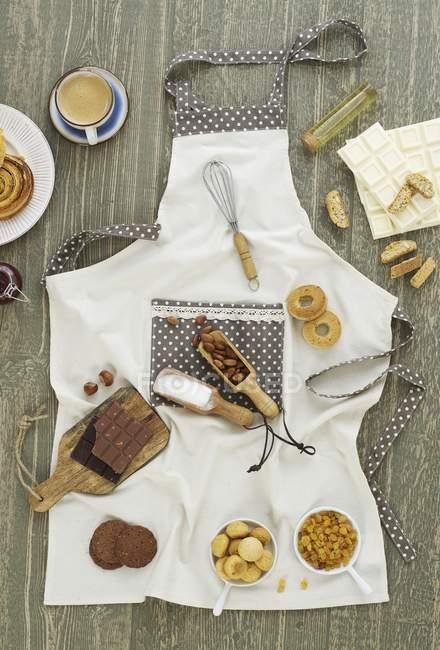 Вид сверху различных ингредиентов для сладких блюд на фартук — стоковое фото