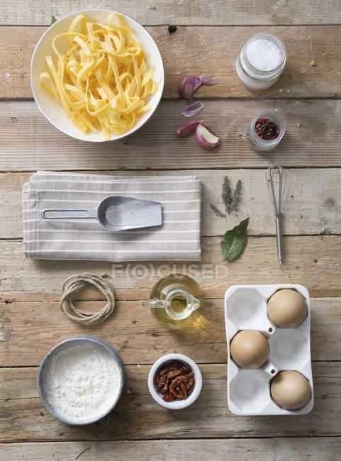 Pastas frescas crudas de tagliatelle en el plato - foto de stock