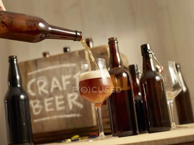 Будучи вылил пиво — стоковое фото
