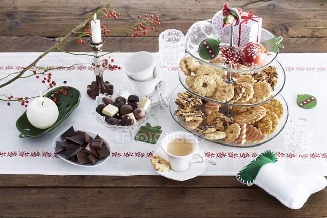 Buffet Di Dolci Di Natale : Buffet di dolci di natale u sullo sfondo a buffet stock photo