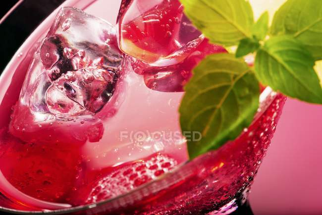 Розовый коктейльный бокал — стоковое фото