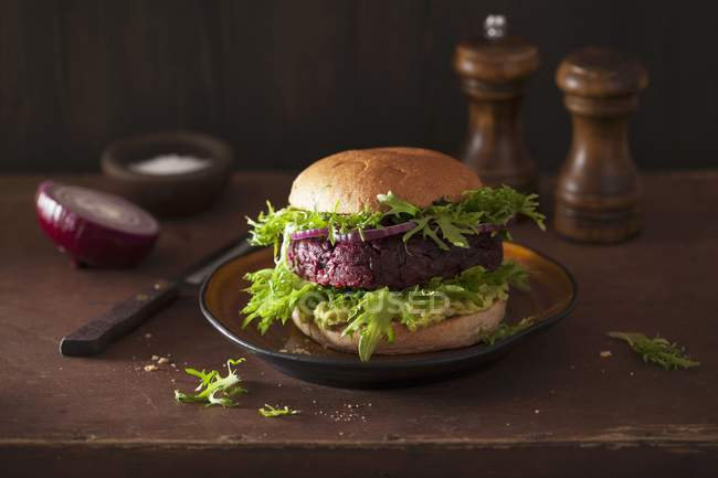 Veggie-Burger mit rote Beete patty — Stockfoto
