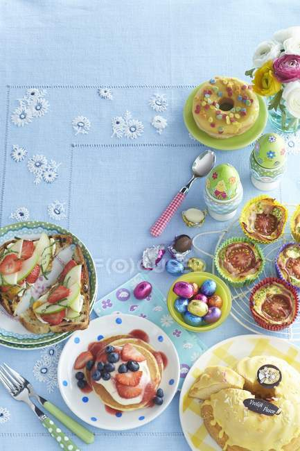 Вид сверху блюд на Пасхальный бранч на столе — стоковое фото