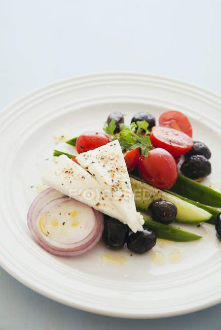 Греческий салат на белом фоне — стоковое фото