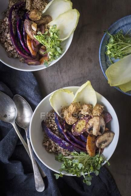 Buchweizen, Gemüse, Sesamtofu und Kresse in Schalen auf einem Holztisch mit Leinentuch und Vintage-Löffeln — Stockfoto